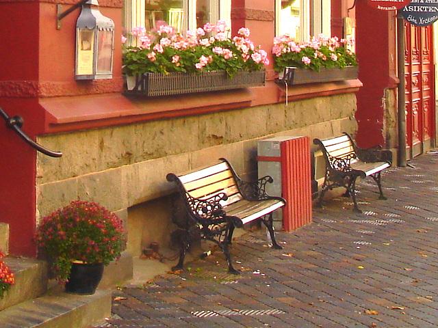 Lilton hotel façade / Ängelholm - Suède / Sweden - 23 octobre 2008- Lilton twin benches /  Bancs jumeaux