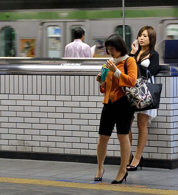 Annick pEgOrarO /  Pour Léo - Talons en gare de Tôkyô /  High-heeled Ladies at the Tokyo train station