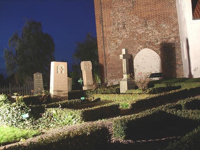 Église & cimetière de soir - Båstad -  Suède /  Sweden.   Octobre 2008