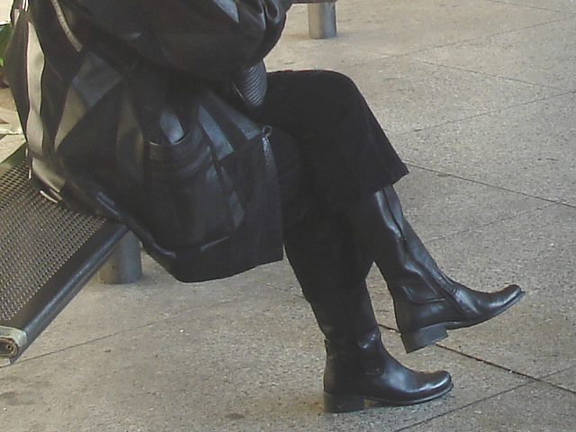 Beret danish mature smoker Lady in chunky flat heeled sexy boots -  La Dame au béret et bottes à talons plats et son péché nicotinien /  Aéroport Kastrup de Copenhague  - 20-10-2008