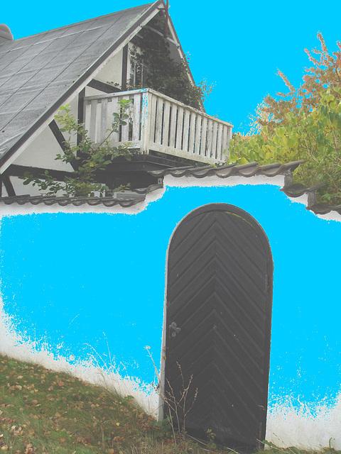 Mur forteresse immaculé /  White cement wall house - Båstad /  Sweden - Suède.   21-10-2008  -  Ciel et ciment bleu photofiltrés