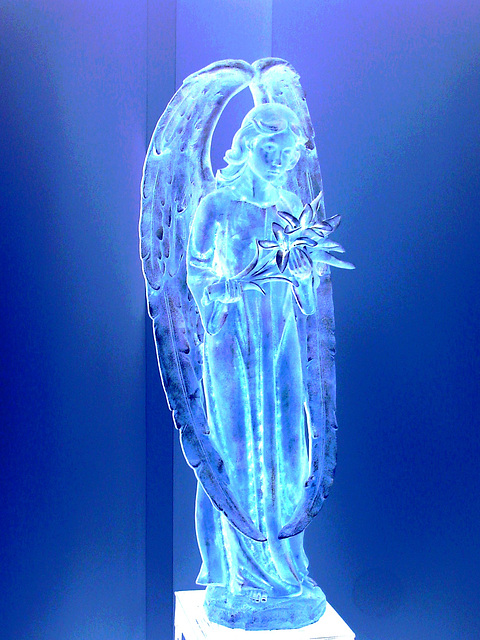 Ange funéraire / Funeral angel -  Dans ma ville / Hometown.   6 mai 2009  - Effet bleu phosphorescent