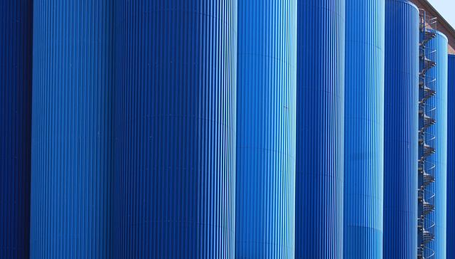 Silos in blau
