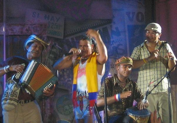 Carlos Vives chante : Amor latino