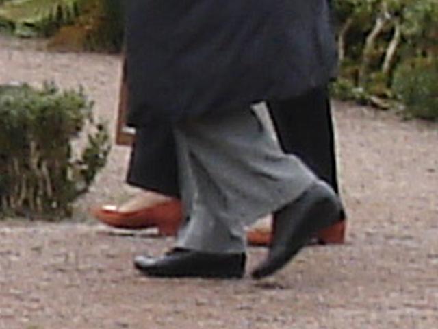 Duo de Dames aux cheveux immaculés / Ultra mature duo - Cimetière et église de Båstad's cemetery & church - Sweden- October 21th 2008-  Chaussures funéraires - Funeral shoes .