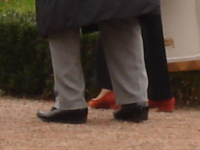 Duo de Dames aux cheveux immaculés / Ultra mature duo - Cimetière et église de Båstad's cemetery & church - Sweden- October 21th 2008 -  Chaussures funéraires - Funeral shoes 4
