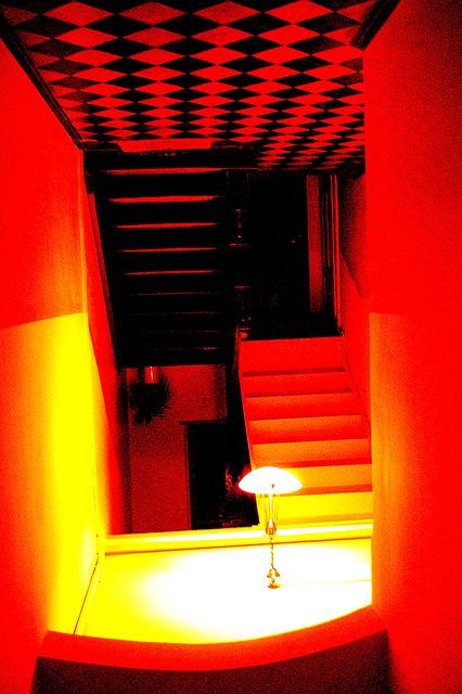 Ŝtuparo supren, kiu kondukas malsupren - Die Treppe nach oben, die hinab führt