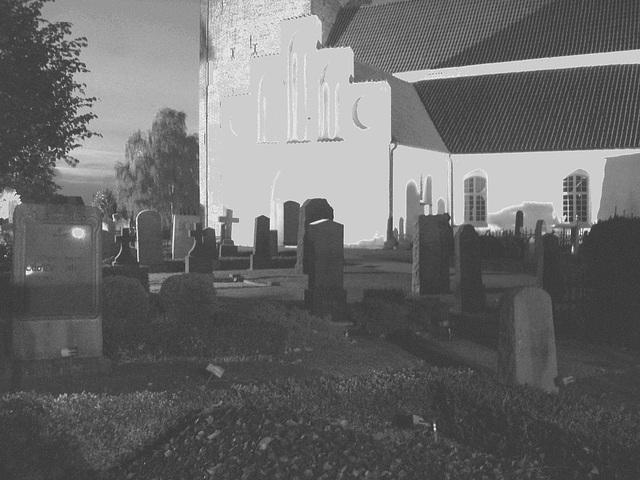 Église & cimetière de soir - Båstad -  Suède /  Sweden.   Octobre 2008- N & B avec mur gris /  B & W with grey wall added