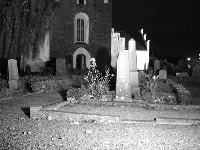 Église & cimetière de soir - Båstad -  Suède /  Sweden.   Octobre 2008 -N & B