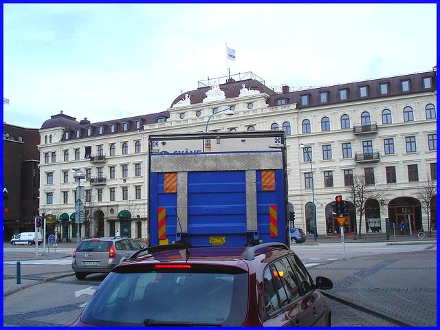 Camion bleu et architecture imposante / Blue truck & towering architecture