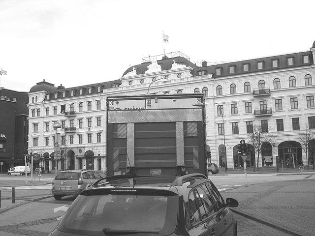 Camion bleu et architecture imposante / Blue truck & towering architecture - Helsingborg / Suède - Sweden  /  22 octobre 2008Noir et blanc