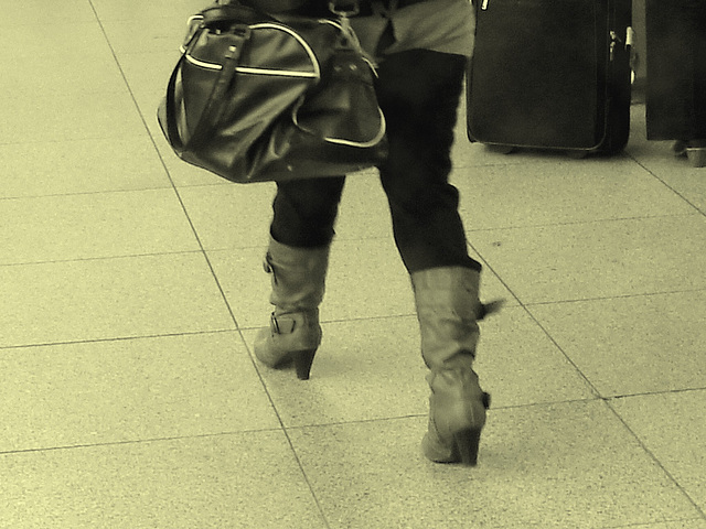 ATM Lady in pale high-heeled boots / La Dame au guichet $$$ en bottes à talons hauts - Aéroport de Copenhague  - 20 octobre 2008.-  Photo ancienne