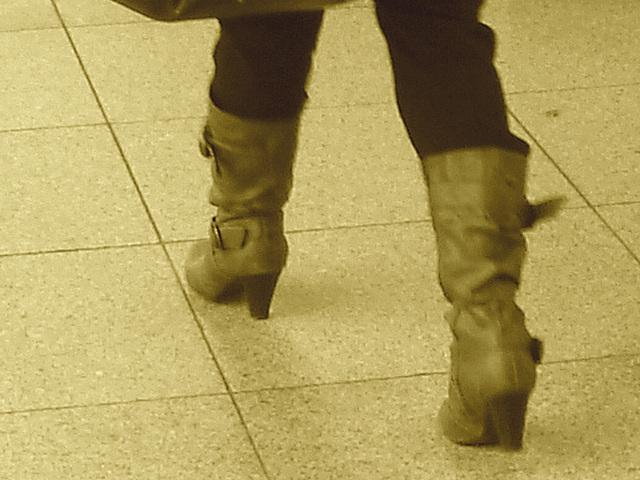 ATM Lady in pale high-heeled boots / La Dame au guichet $$$ en bottes à talons hauts - Aéroport de Copenhague  - 20 octobre 2008.-  Sepia