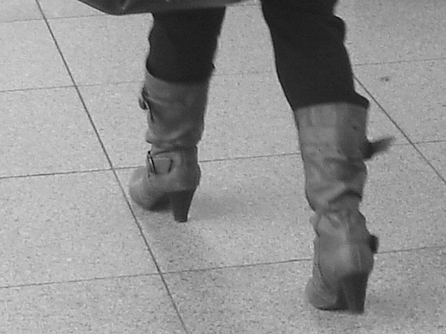 ATM Lady in pale high-heeled boots / La Dame au guichet $$$ en bottes à talons hauts - Aéroport de Copenhague  - 20 octobre 2008. -  B & W