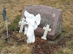 Mountain view cemetery. Saranac lake area.  NY. USA . March 29th 2009 -  With  / avec flash