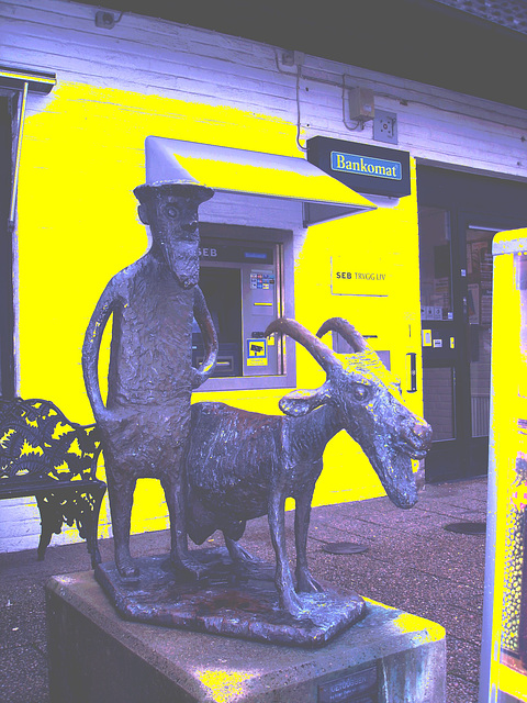 Sculpture bancaire / Bankomat sculpture - Båstad  / Suède - Sweden .  21-10-2008- Night effect with yellow wall / Effet de nuit avec mur jaune