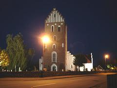 Église & cimetière de soir - Båstad -  Suède /  Sweden.   Octobre 2008 - Projecteur sur voyeurs d'église - Spotlight on church watcher.