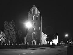 Église & cimetière de soir - Båstad -  Suède /  Sweden.   Octobre 2008 - Projecteur sur voyeurs d'église - Spotlight on church watcher.  N & B