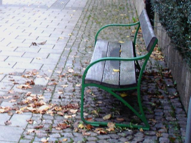 Banc de gare et jolie fille à distance / Train station bench and distant sexy Lady - Båstad   /   Suède - Sweden.  22 octobre 2008