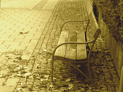 Banc de gare et jolie fille à distance / Train station bench and distant sexy Lady - Båstad   /   Suède - Sweden.  22 octobre 2008  - Sepia