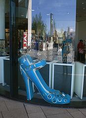 Simona going window-shopping !  Simona faisant du lèche-vitrine - Blue big shoe and reflected Simona /  Podoérotisme tout en bleu et reflet de Simona !