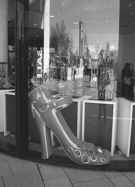 Simona going window-shopping !  Simona faisant du lèche-vitrine - Blue big shoe and reflected Simona /  Podoérotisme tout en bleu et reflet de Simona !   Avec / with permission.  - N & B / B & W