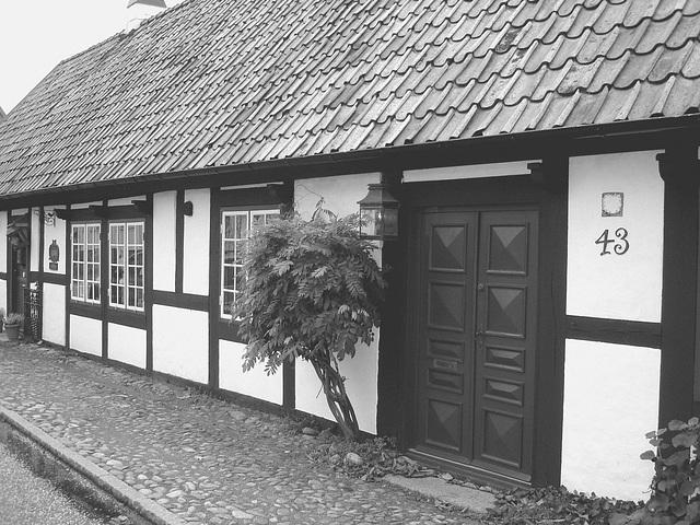 House number 43  - Maison numéro 43.  Båstad  /  Suède - Sweden.  21-10-2008 -  N & B