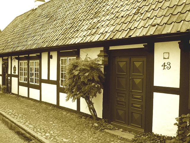House number 43  - Maison numéro 43.  Båstad  /  Suède - Sweden.  21-10-2008 - Sepia