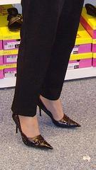 Mon Amie M@rie - Escarpins à talons vertigineux /  Dizzy black pumps - Cadeau Ipernity / Ipernity's gift. - L'essayage de chaussures