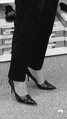 Mon Amie M@rie - Escarpins à talons vertigineux /  Dizzy black pumps - Cadeau Ipernity / Ipernity's gift. - L'essayage de chaussures . N & B