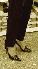 Mon Amie M@rie - Escarpins à talons vertigineux /  Dizzy black pumps - Cadeau Ipernity / Ipernity's gift. -  L'essayage de chaussures . Sepia