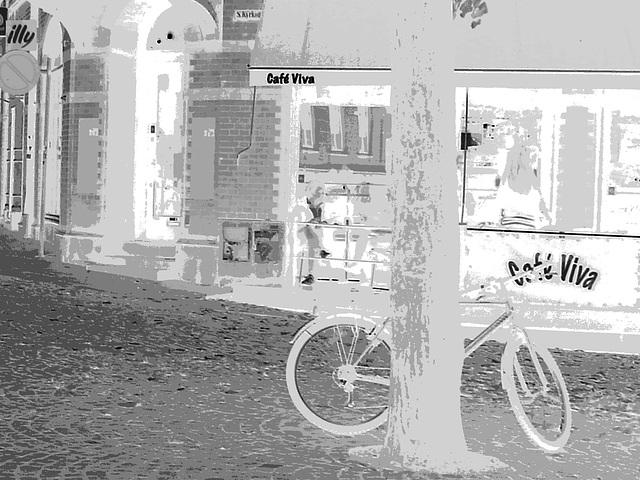 Le vélo du cafetier / Café Vila blue swedish bike scenery - Helsingborg / Suède - Sweden.  22 octobre 2008-  Négatif avec niveau de gris