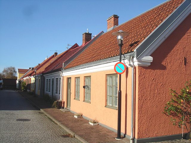 Perspective de ruelle ombragée / Narrow street perspective in the shadow -  Laholm /  Sweden - Suède.  25 octobre 2008