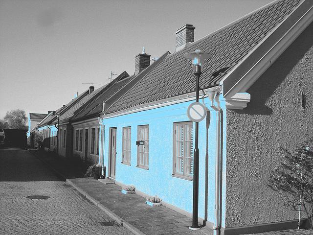 Perspective de ruelle ombragée / Narrow street perspective in the shadow -  Laholm /  Sweden - Suède.  25 octobre 2008  - N & B avec façade bleur photofiltrée