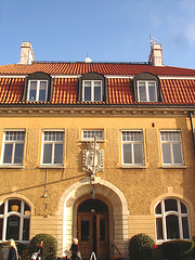 Imposant bâtiment traditionnel sur la rue principale avec une belle blonde en prime / Towering Swedish architectural building on main street and a discreet blond Lady .  Båstad  /  Suède  - Sweden.  23 octobre 2008