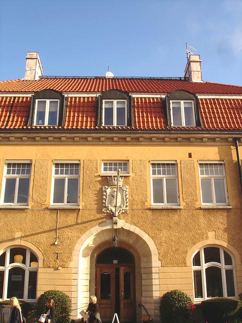 Imposant bâtiment traditionnel sur la rue principale avec une belle blonde en prime / Towering Swedish architectural building on main street and a discreet blond Lady .  Båstad  /  Suède  - Sweden.  2