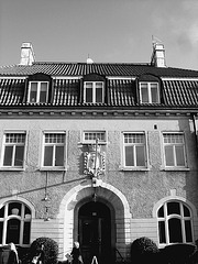 Imposant bâtiment traditionnel sur la rue principale avec une belle blonde en prime / Towering Swedish architectural building on main street and a discreet blond Lady .  Båstad  /  Suède  - Sweden.  23 octobre 2008  -  En noir et blanc - B & W.