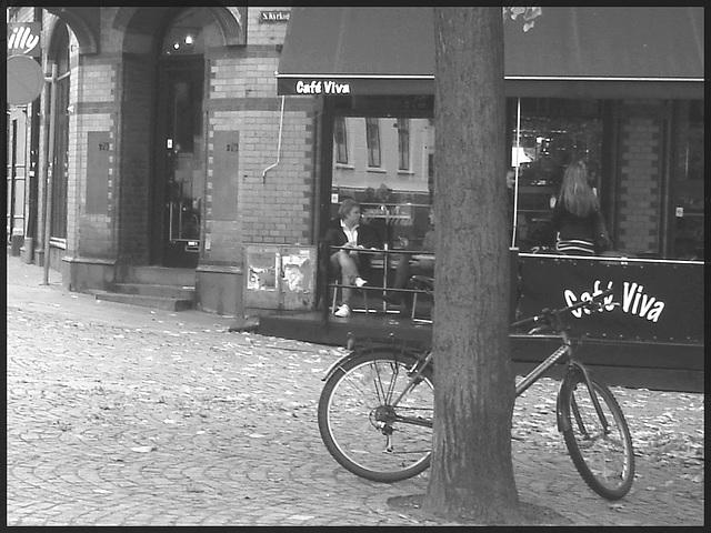 Le vélo du cafetier / Café Vila blue swedish bike scenery - Helsingborg / Suède - Sweden.  22 octobre 2008-   N & B et cadre noir