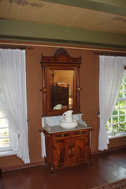 Waschtisch im Schlafzimmer des Gutshofes