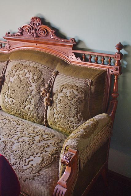 das Sofa in der der guten Stube des Bauernhofes