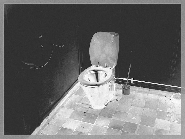 WC phosphorescente /  Phosphorescent white throne -  Gare de Båstad / Båstad train station