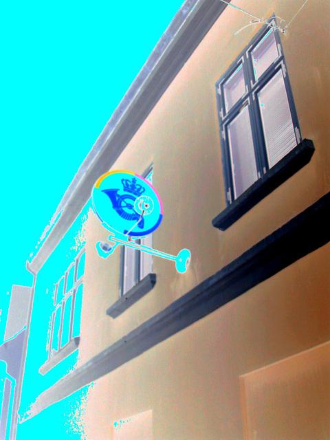 """Façade et enseigne """" Couronne & cor """" /  Crown & horn sign façade /  Helsingor , Danemark - 24-10-08 - Effet de négatif colorisé"""