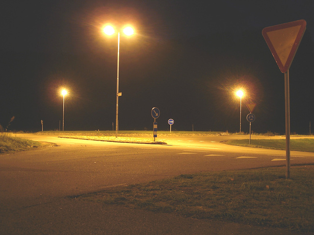 Lampadaires en folie !  Twilight zone street lamps.   Båstad  /  Suède - Sweden -  Lightened version /  Version éclaircie