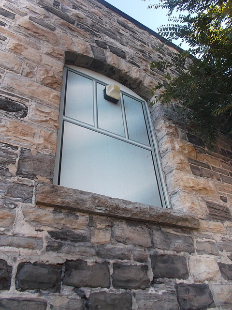 Mur de pierres anciennes et fenêtre moderne / Modern window and old stone wall.
