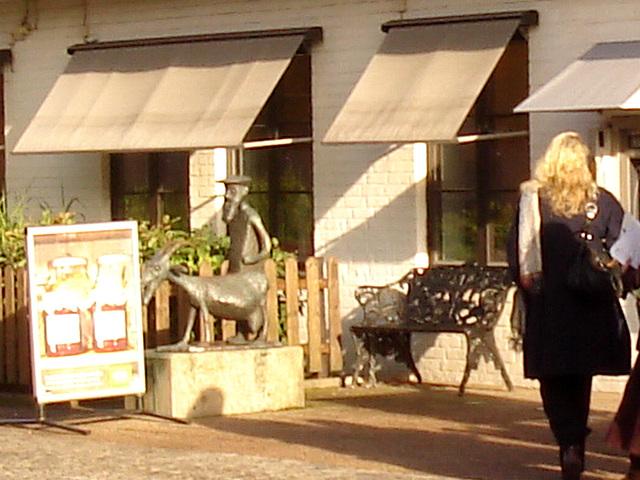 Banc et sculpture bancaire / SEB bench & sculpture welcoming scenery -  Båstad /  Suède - Sweden.  23 octobre 2008