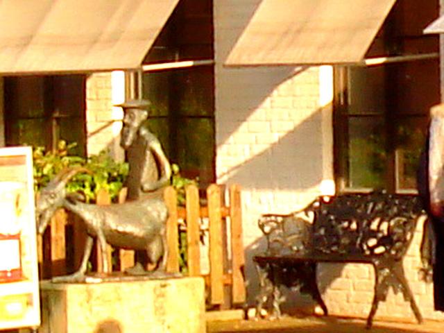 Banc et sculpture bancaire / SEB bench & sculpture welcoming scenery -  Båstad /  Suède - Sweden.  23 octobre 2008 - Original blurry close-up /  Flou cadrage original