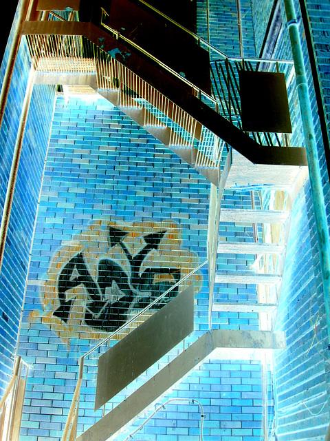 Escaliers de secours et graffiti sur mur de briques /  Fire escape and bricks wall hometown graffiti
