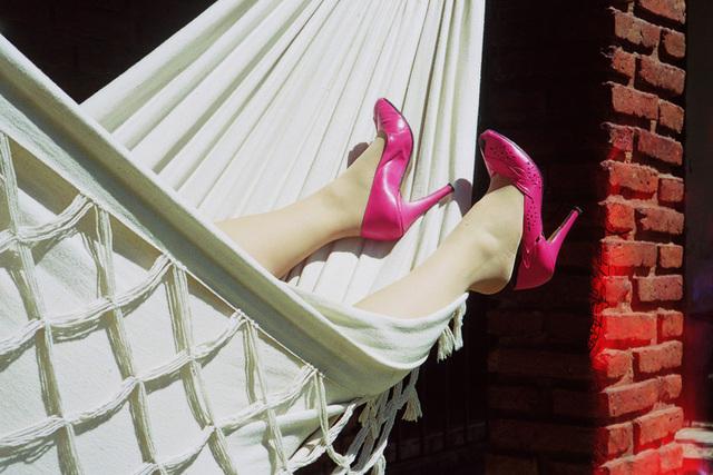 Lady Roxy avec permission - Douce relaxation en talons hauts roses /  Relaxing in pink heels