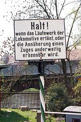 Haltu! Se la sonorilo de la lokomotivo eksonas, aŭ la proksimiĝo de trajno alie ekkoneblas.