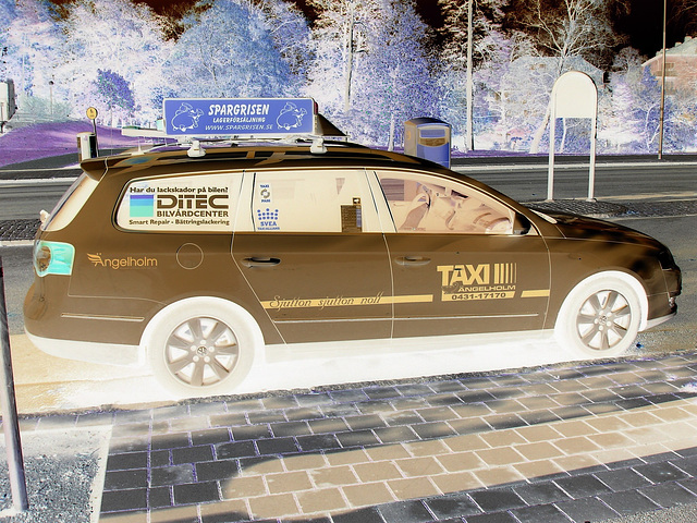 Taxi suédois -  Svea taxiallians / Ängelholm - Suède / Sweden - 23 octobre 2008Effet psychédélique en négatif